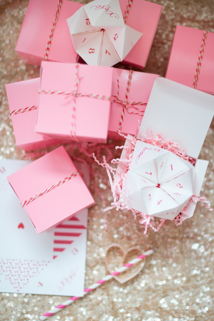 idée pour une petite surprise romantique pour la saint-valentin, une carte de saint-valentin en forme de pliage cocotte à défis amoureux