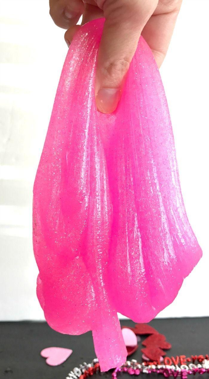 idée de bricolage amusant spécial saint-valentin à faire avec les enfants, recette diy pour fabriquer du slime rose fluo à paillettes