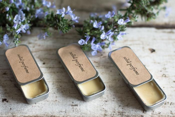 idée d'activité manuelle fete des meres pour réaliser un cadeau beauté diy, un parfum solide naturel dans une boîte vintage