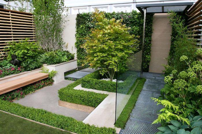 mur végétal extérieur, banc en bois, clôture bois et béton, revetement sol en béton, plusieurs végétaux verts