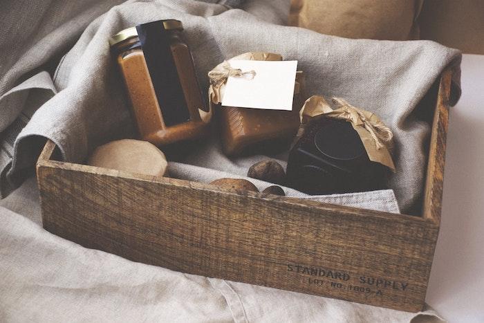 Simple et utile cadeau de crémaillère idée cadeau crémaillère boite cadeau sympa tahini jam et miel dans boite de rangement bois