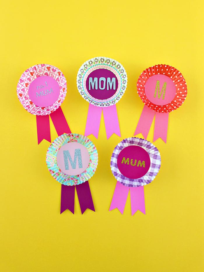 idée de bricolage fête des mères pour tout petit, des médailles spécial fête des mères réalisées avec des caissettes pour muffins