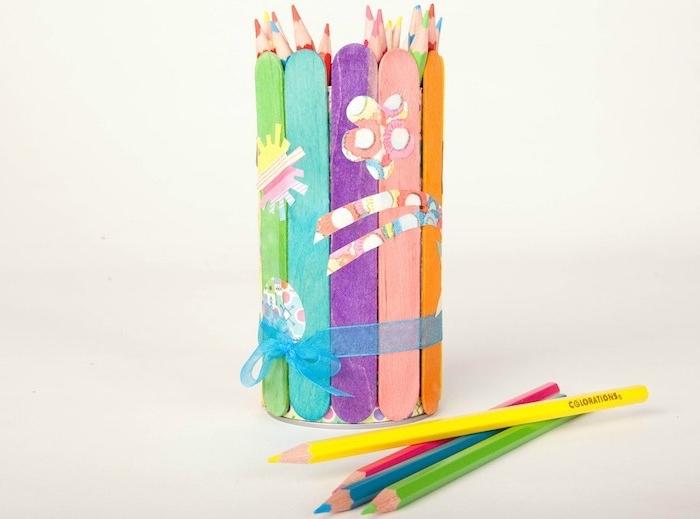 bricolage fête des pères pour tout petit en batonnets de glace colorés et réunis dans un pot a crayon customsié de motifs papier