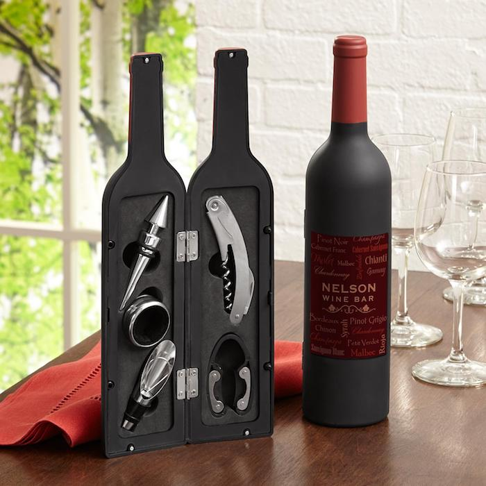 Quel cadeau choisir idée crémaillère fete idée cadeau crémaillère à offrir lie a la maison bouteille de vin avec accessoires cachés
