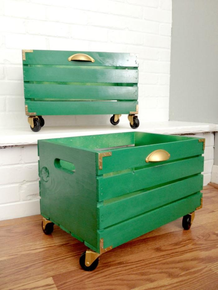 une caisse en bois récup repeinte en vert et détournée en petit meuble chaussure à roulettes