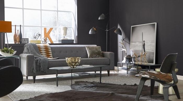 accessoires décoratifs de couleur jaune et orange dans un salon aménagé en gris foncé avec canapé et table basse