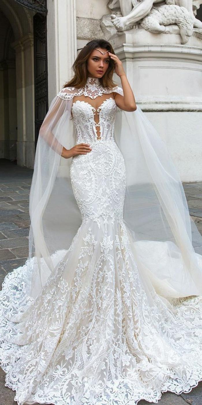 robe de mariée fourreau, robe de mariée près du corps, robe sirene mariage, robe de marièe sirene dentelle, cape longue qui part des épaules en dentelle blanche