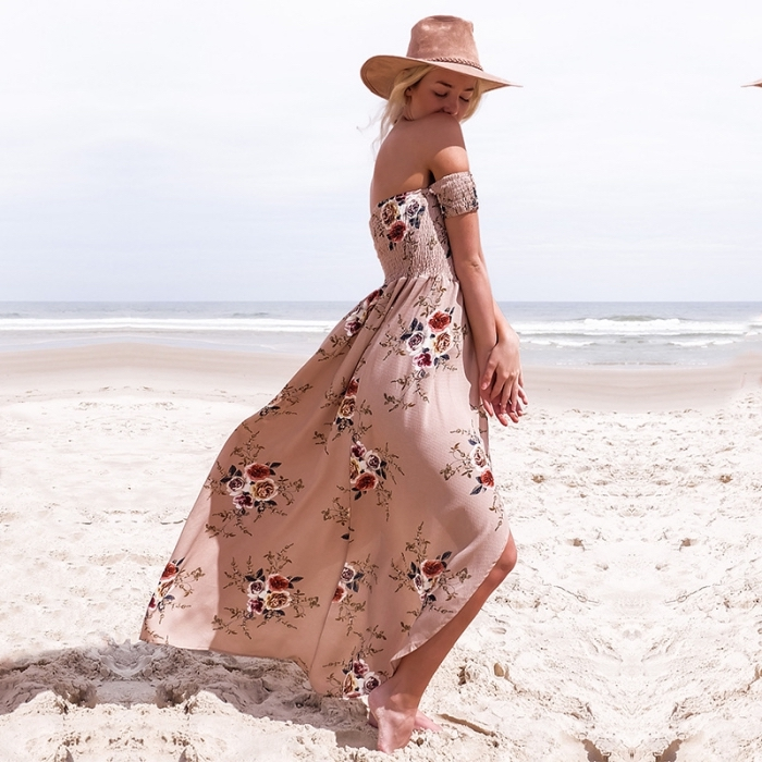look boho chic en robe longue de couleur rose poudré avec roses et manches courtes tombantes épaules nues