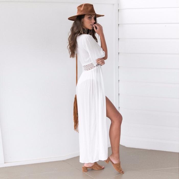 look boho chic et sexy avec une robe blanche avec ceinture broderie et manches courtes combinée avec boucles d'oreilles et capeline marron