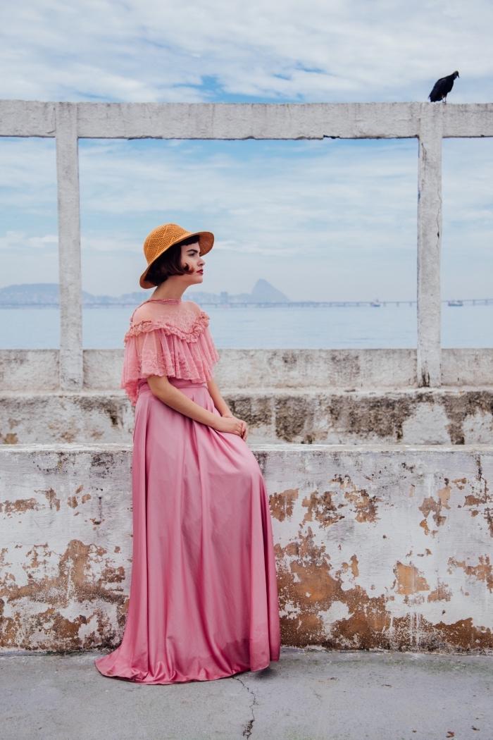 idée comment s'habiller pour vacances mer avec une robe de plage longue de nuances roses et capeline camel