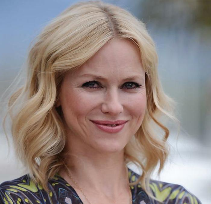 coiffure tendance pour cheveux blonds, carré blond wavy, coupe femme carré