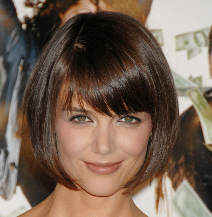 carré effet bol de Katie Holmes, frange légèrement de côté, cheveux lisses et lumineux