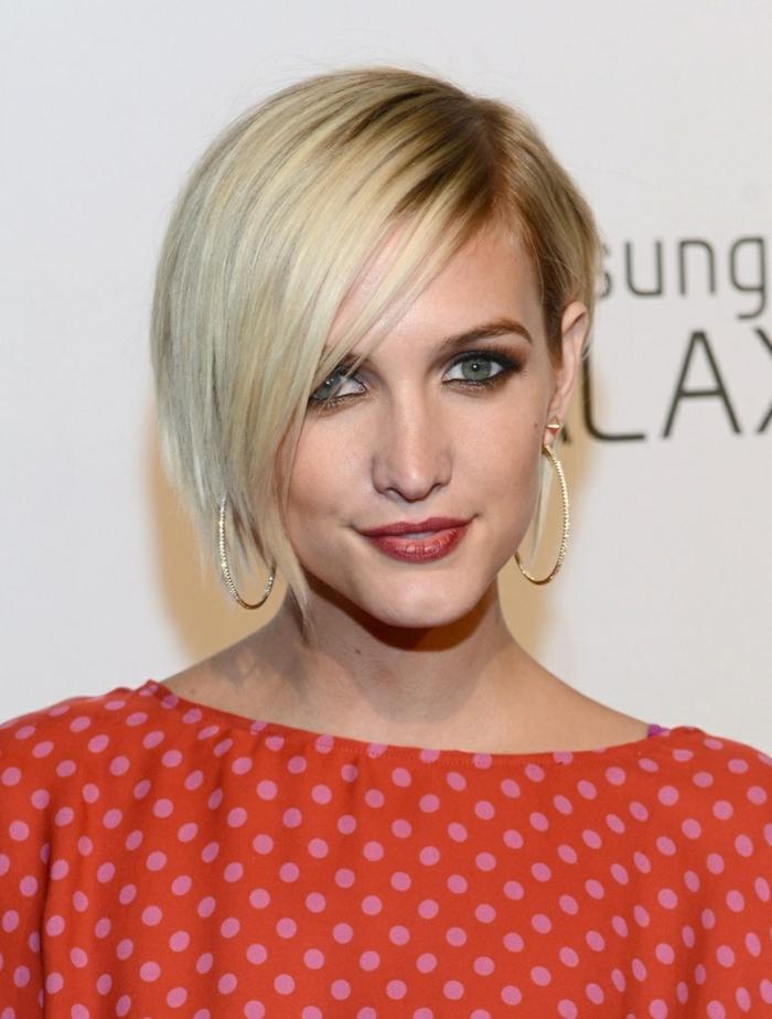 coupe carré asymétrique, une femme aux cheveux blonds, chemise pointillée, maquillage de soirée dramatique