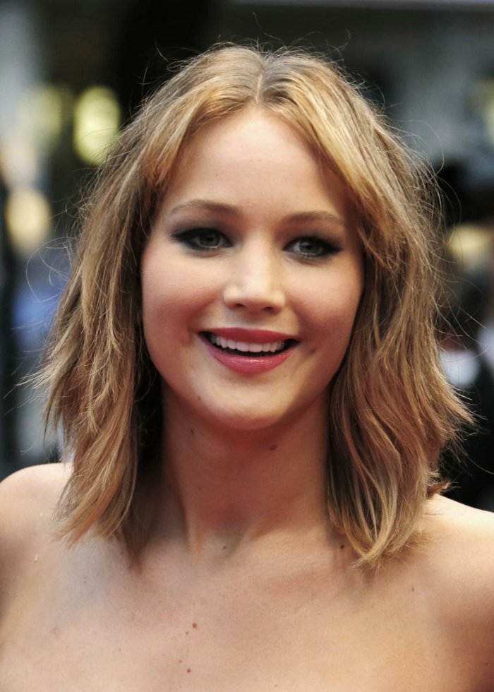 carré long plongeant, Jennifer Lawrence avec une coiffure mi-longue destructurée et décoiffée