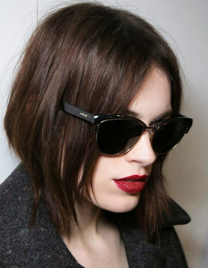 carré effilé, carré lisse noir, lunettes de soleil tendance, rouge à lèvres couleur rouge vive