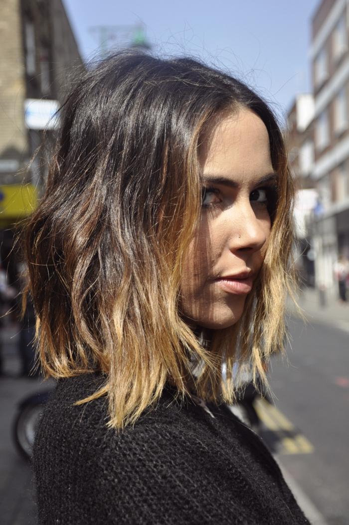 cheveux légèrement ondulants, les bouts des cheveux blonds, raie symétrique