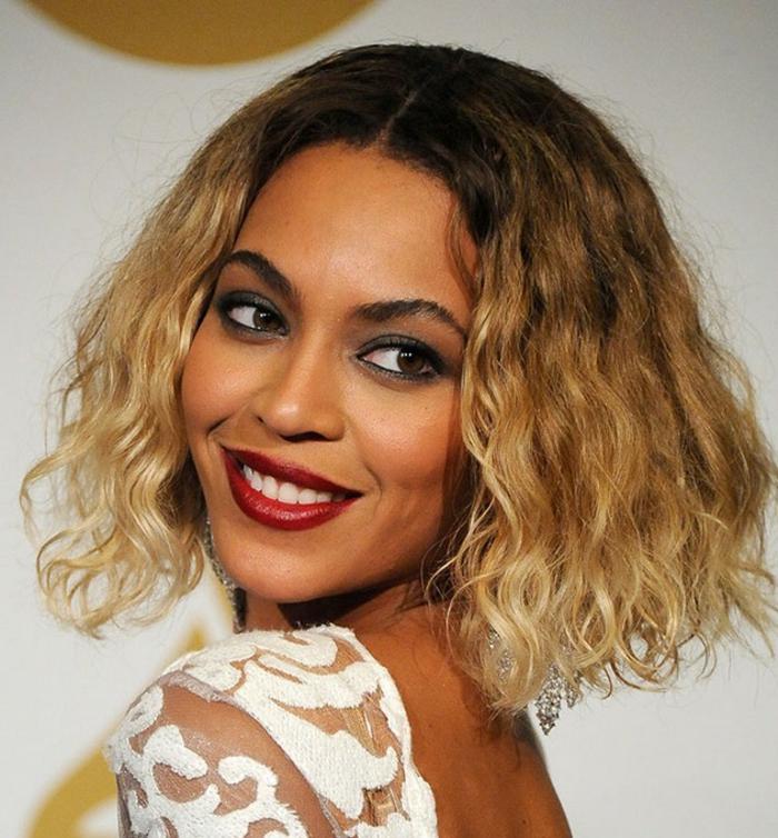 le carré plongeant de Beyoncée, cheveux naturellement bouclés, carré plongeant bouclé