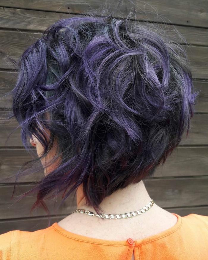 carré plongeant couleur lilas, cheveux destructurés, collier chaîne, coiffure femme effet ébouriffé