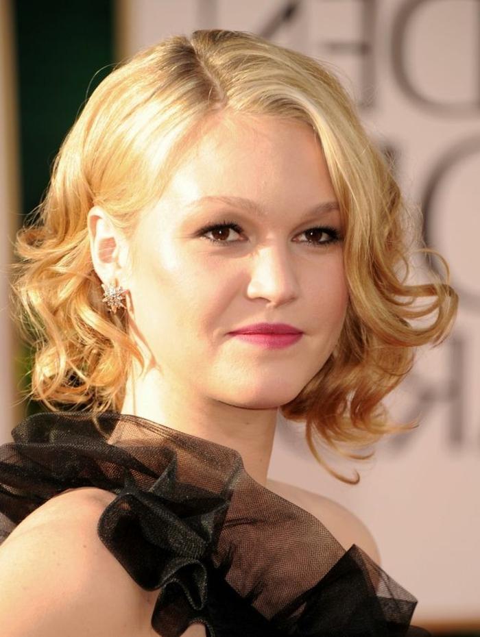 une jolie actrice qui porte ses cheveux en carré, coiffure carré bouclé cheveux blonds