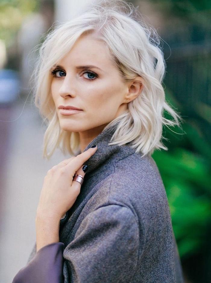 coloration blond polaire sur cheveux en carré plongeant long aux boucles bien dessinées à effet décoiffé