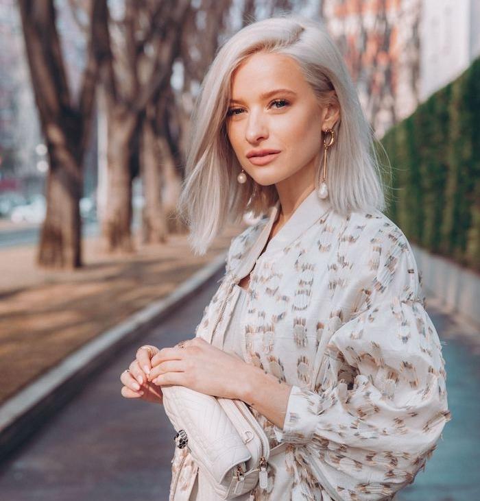 couleur de cheveux blond platine sur un caddé long plongeant lisse combiné avec tenue femme chic de ville