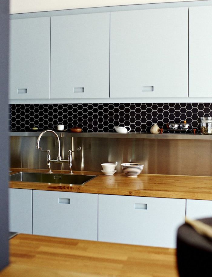 photo credence cuisine moderne bleu gris avec carrelage noir hexagonal