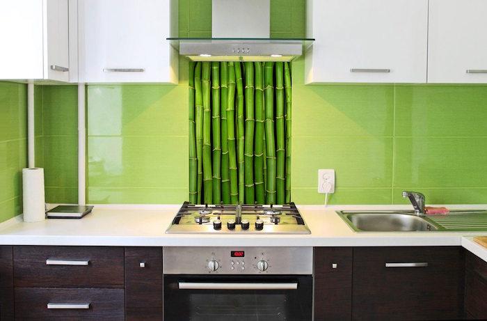 carrelage de cuisine pour crédence avec grande plaques vert pomme et fond de hotte bambou