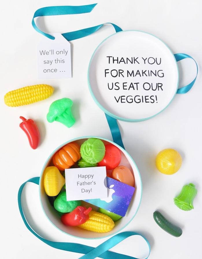 cadeau fete des peres a fabriquer, boite en papier colorée et remplie de bonbons et carte cadeau bon d achat