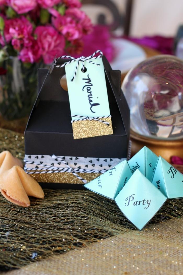 une façon amusante et originale d'inviter ses amis à une soirée, une carte d'invitation en origami cocotte