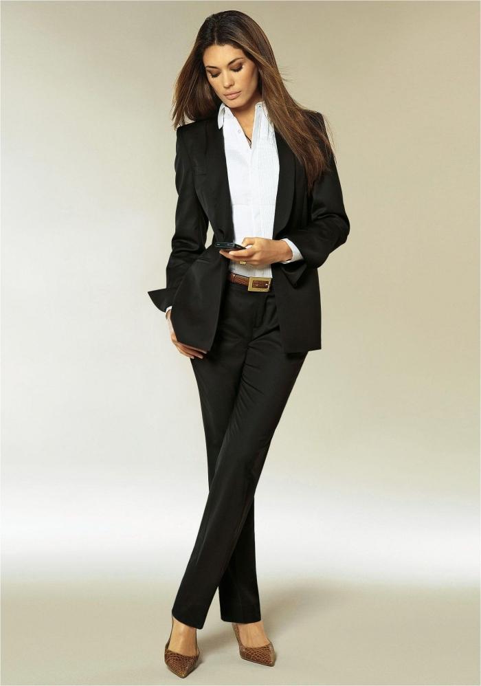 look élégant et professionnel en blanc et noir avec chemise blanche et tailler noir, accessoires ceinture et chaussures marron
