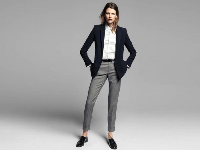 idée comment s'habiller pour un entretien d'embauche en pantalon gris et blazer bleu foncé au-dessus d'une chemise blanche