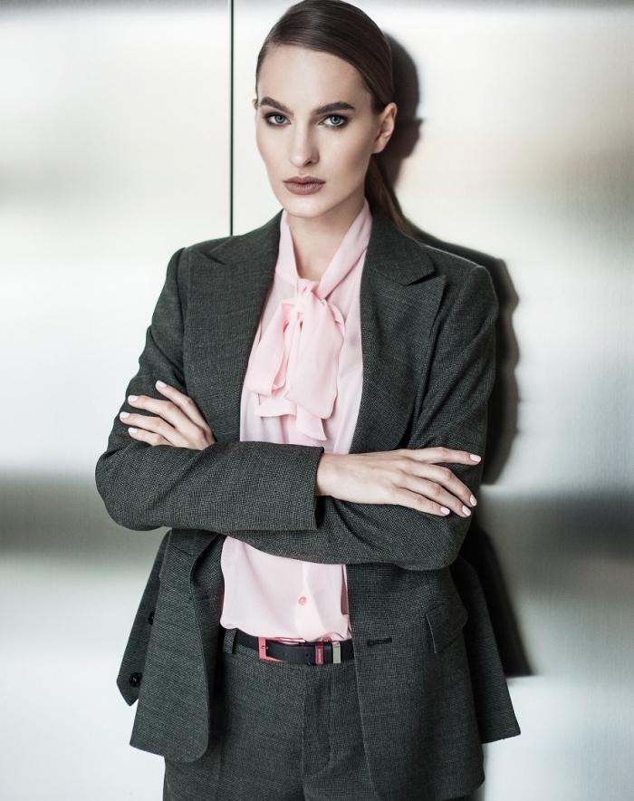 style vestimentaire femme professionnel avec tailleur en gris foncé porté avec chemise de couleur rose pastel