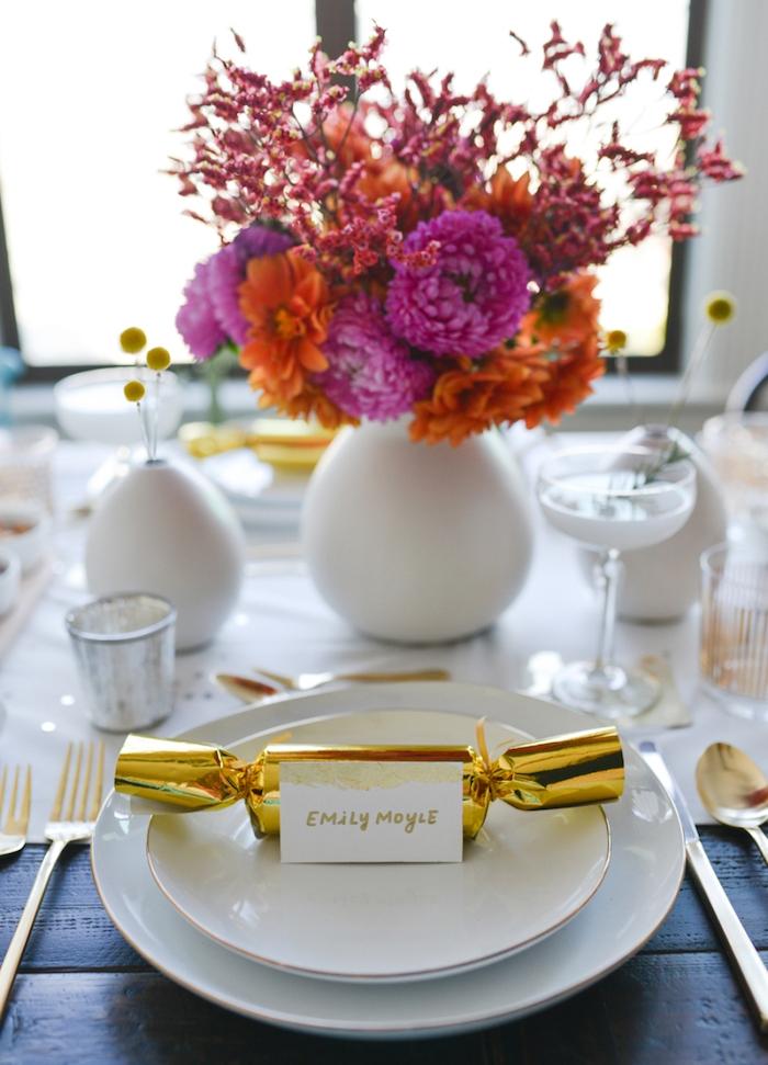marque place original gourmand en bonbon en enveloppe dorée, chemin de table blanc, centre en bouquet de fleurs, accents jaunes et or