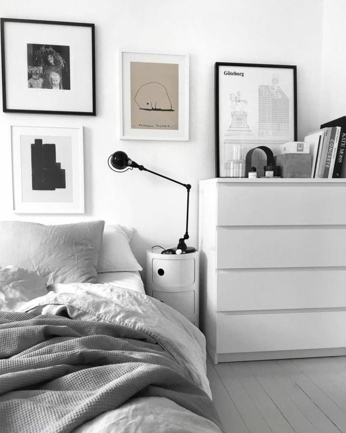 deco chambre moderne, grand meuble de rangement blanc, petit chevet blanc et lampe jielde, peintures encadrées
