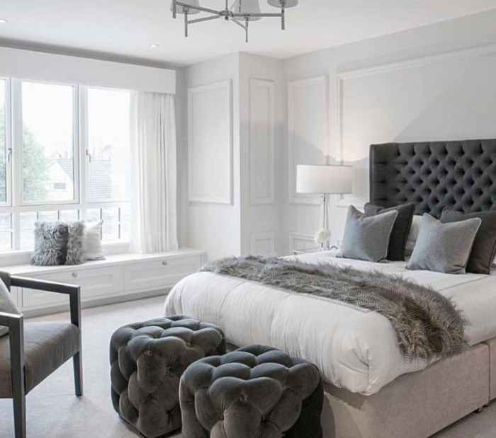 deco chambre moderne, deux tabourets capitonnés, tete de lit grise, chaise grise, peinture gris pâle