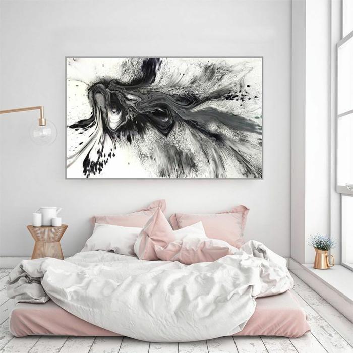 chambre pastel, peinture monochrome, lampe à bras cuivré, lit mis au sol, parure de lit rose poudré