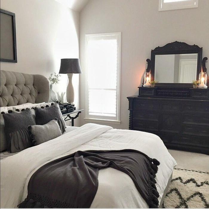 chambre en gris, blanc et noir, lit blanc avec coussins gris, plaid noir, miroir élégant