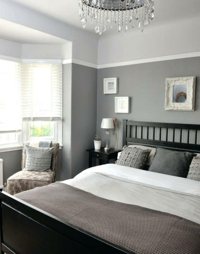 chambre en gris et blanc, coussins déco, plafonnier avec pampilles, cadres blancs