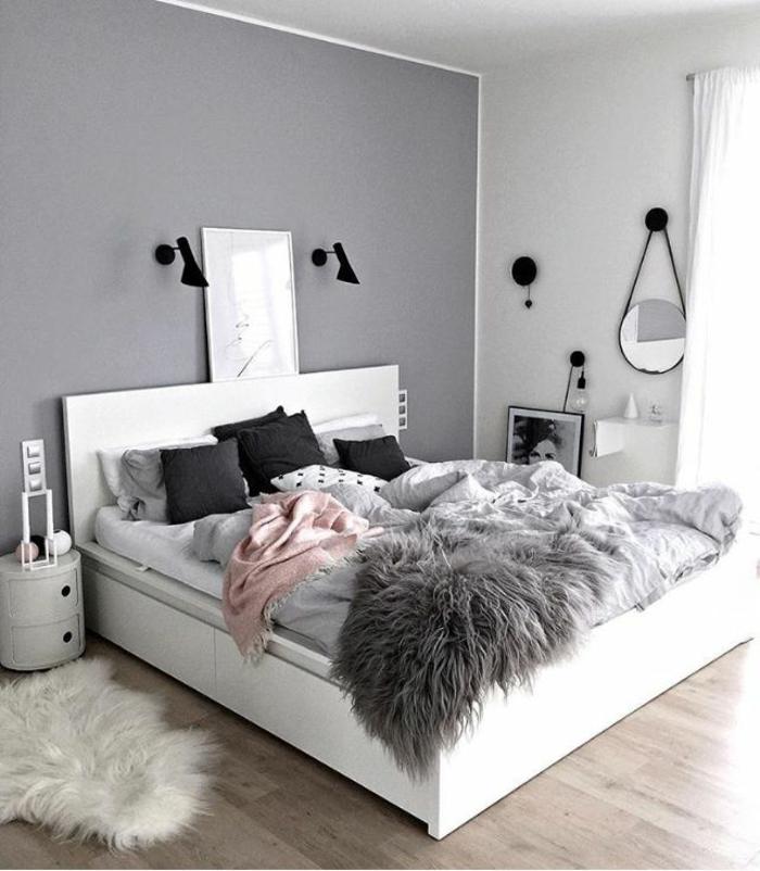 chambre en gris et rose pastel, miroir rond, lampes noires, tete de lit blanche