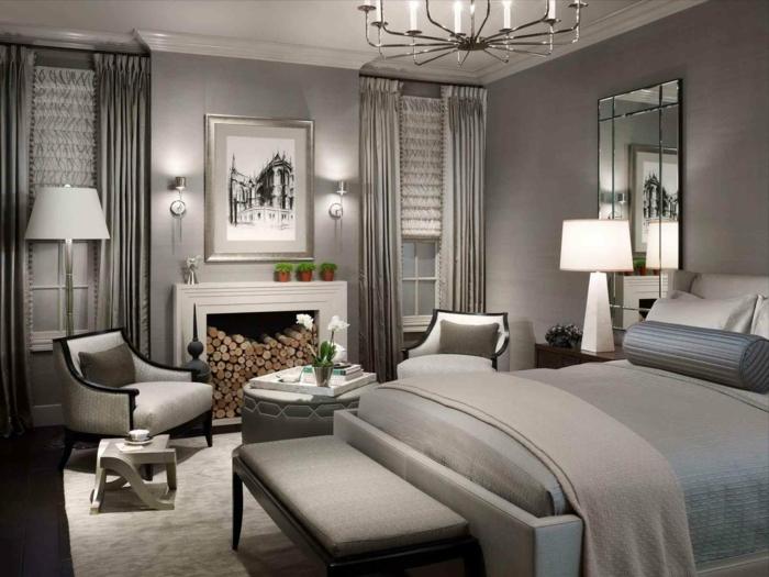 chambre à coucher en gris et blanc, lampes de sol à abat-jour, grand miroir mural, cheminée blanche