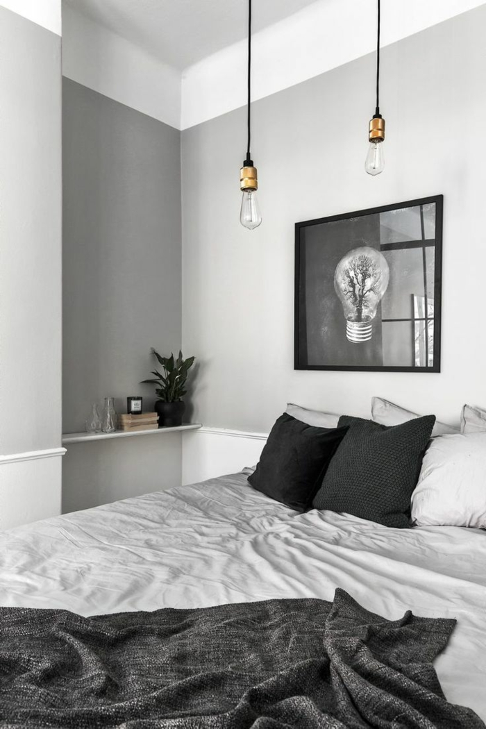 chambre blanche et grise, deux ampoules pendantes, coussins déco, tablette murale