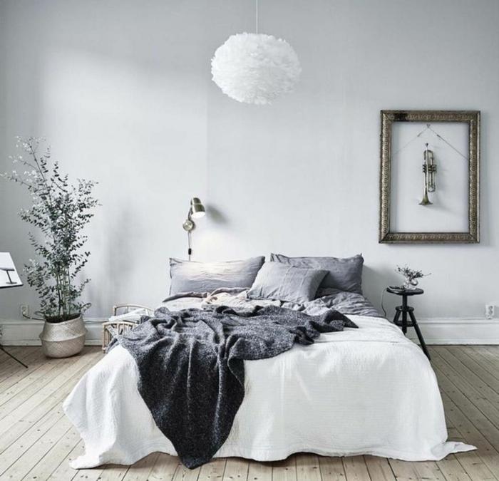 style d'équipement simple et élégant pour la chambre à coucher, plafonnier blanc et rond, jeté de lit gris