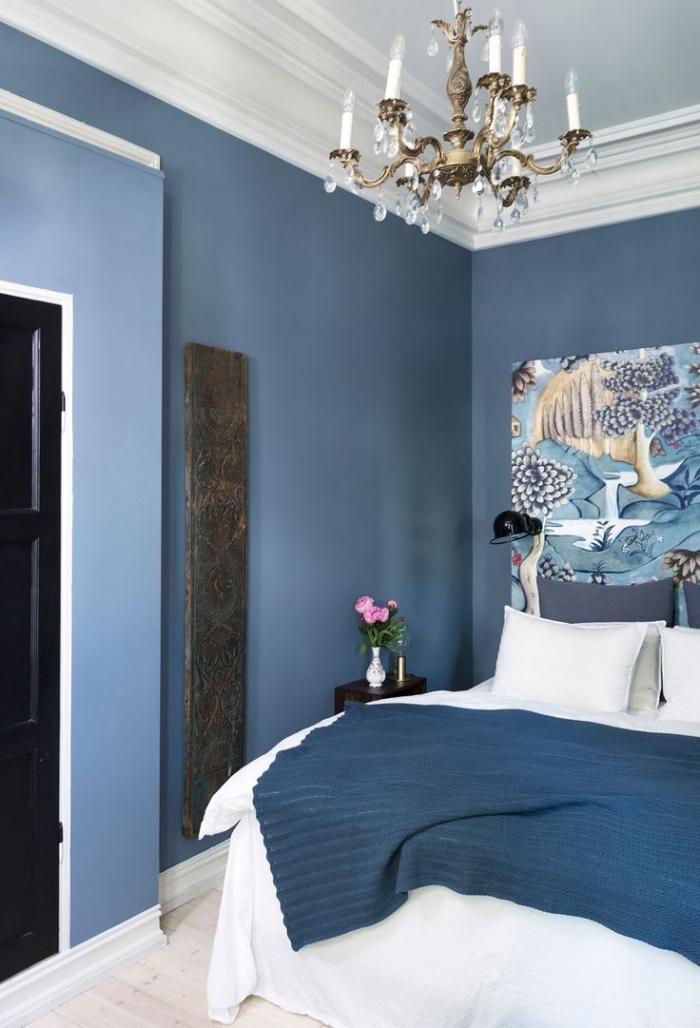 une chambre à coucher bleu marine au look vintage avec une tete de lit papier peint exotique à motifs japonais traditionnels