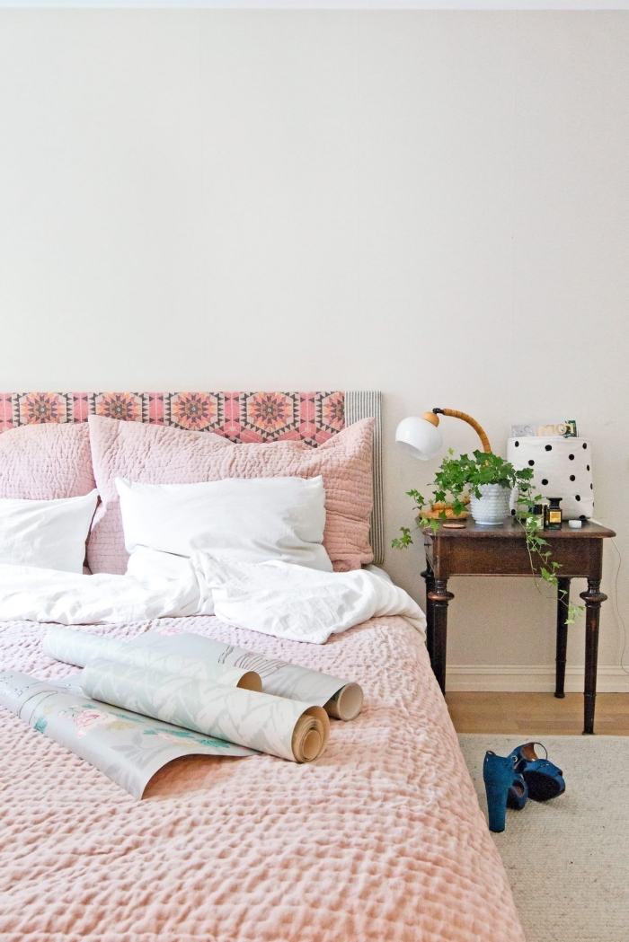 comment relooker une chambre à coucher avec un petit budget, une tete de lit diy relookée avec du papier peint rose à motif graphique