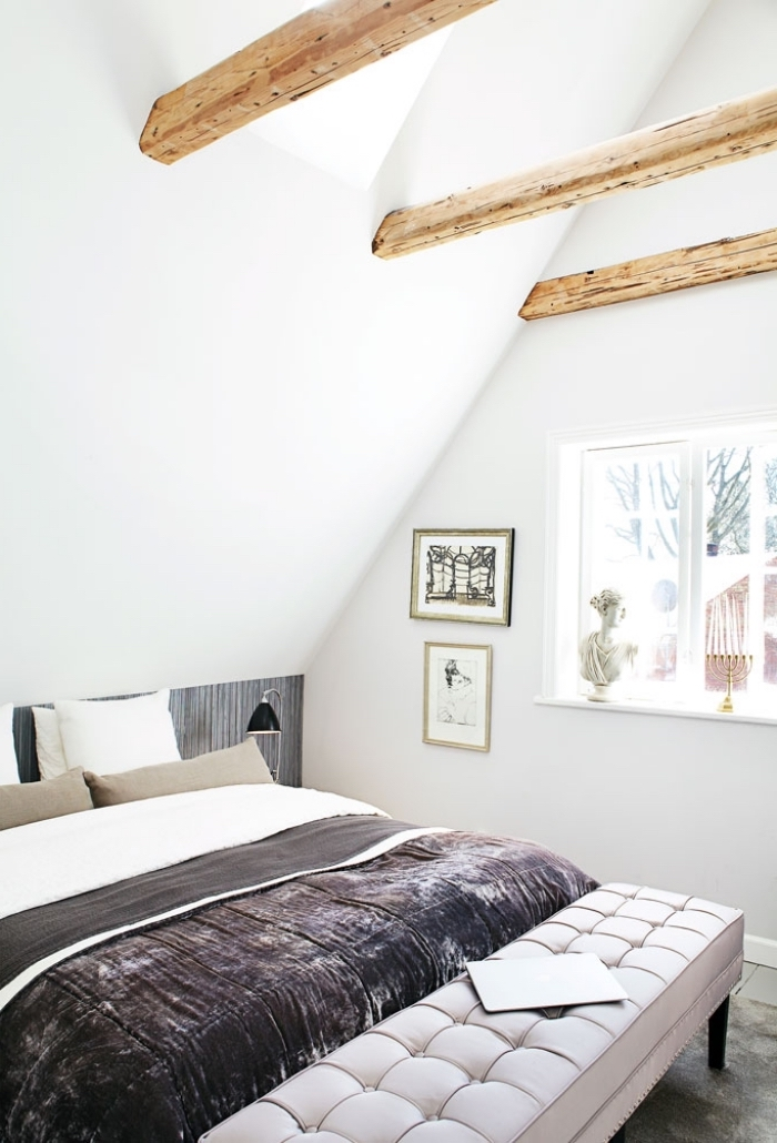 une chambre à coucher scandinave qui mixe l'ancien et le moderne, du papier peint tete de lit en gris anthracite posé en soubassement