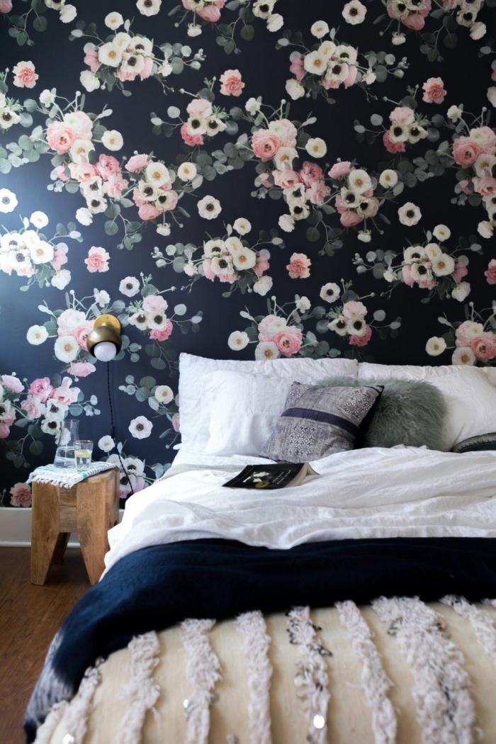 un mur d'accent habillé de papier peint à motifs forts pour une ambiance déco dans la chambre à coucher, comment faire une tete de lit en papier peint