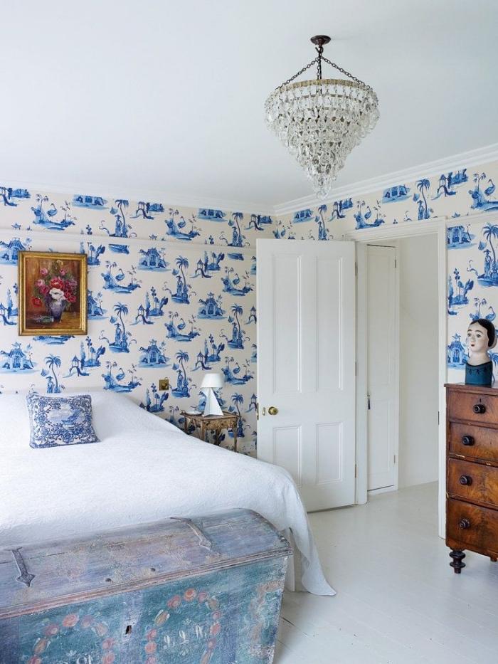 ambiance sereine dans une chambre à coucher au look d'antan avec du papier peint tete de lit à motifs chinois