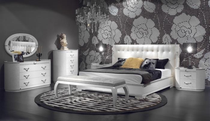 aménagement de chambre adulte en couleurs neutres et design luxueux avec lustre en cristaux et meubles blancs