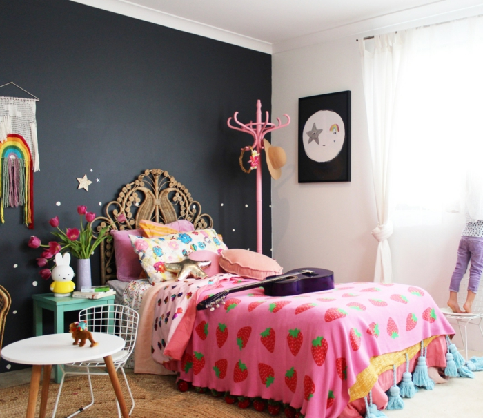 peinture chambre fille, mur en gris anthracite, porte-manteaux en bois peint en rose, table ronde blanche, suspension macramé avec des couleurs de l'arc-en-ciel, panneau décoratif avec des étoiles en noir et blanc