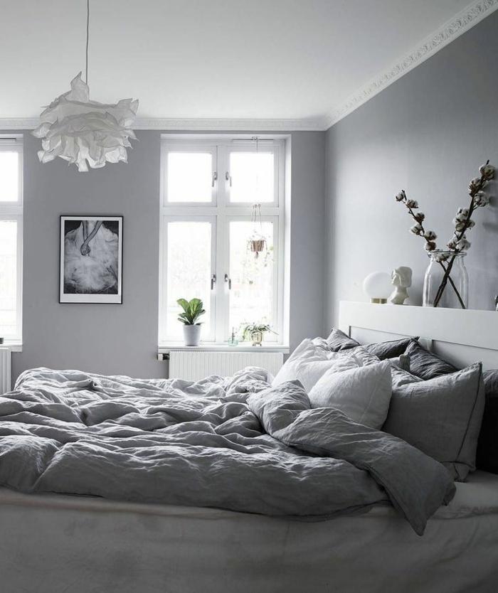 chambre à coucher esprit scandinave, plafonnier blanc en papier, tête de lit blanche avec place de rangement